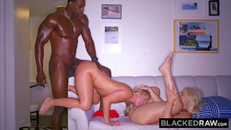 Две белокурые подруги заводят чернокожего любовника и трахаются с ним