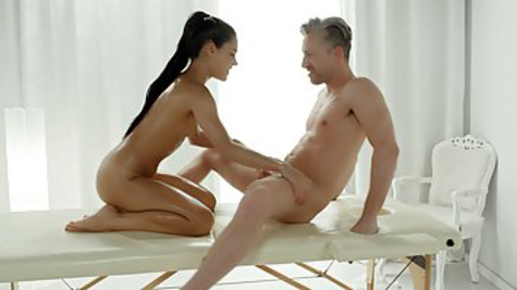 The masseur caresses the beauty's crotch and fucks her in the pussy