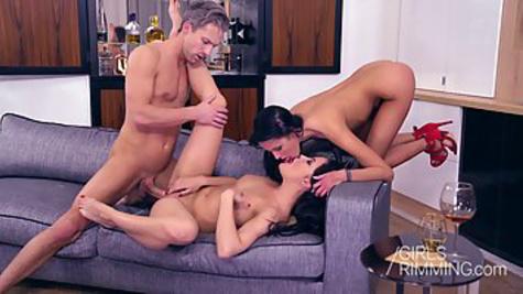 Две красотки лижут жопу и сосут хер мужика перед групповым сексом