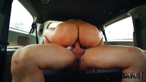 Чувак подвез красотку с большой жопой и трахнул её прямо в машине
