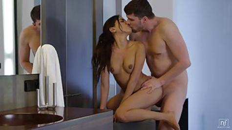 Пацан увидел мастурбацию красивой подружки и занялся с нею нежным сексом