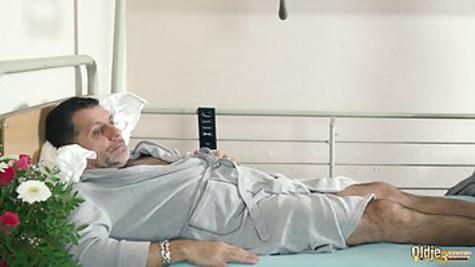 Старик в больнице трахается с двумя привлекательными медсестрами