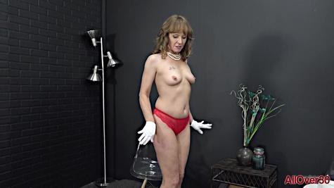 Зрелая барышня снимает яркое платье и мастурбирует письку пальцами