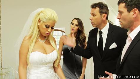 Пьяный чел не может трахать невесту и поэтому она дает его другу