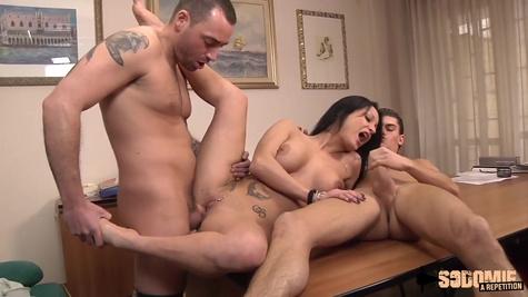 Друзья легко цепляют зрелую потаскуху и трахают её в обе дырочки