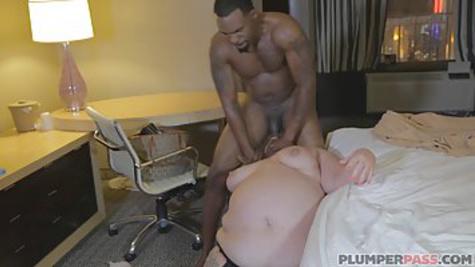 Негр связывает толстую женщину и трахает её, пока та сопротивляется