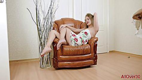 Опытная дамочка не стесняется раздеваться, ведь она имеет красивое тело