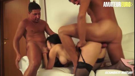 Дама в черных чулках справляется с двумя мужчинами и кайфует