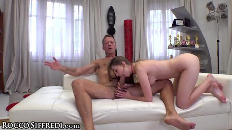 Красотка показывает тело и отсасывает хер перед сексом с мужиком