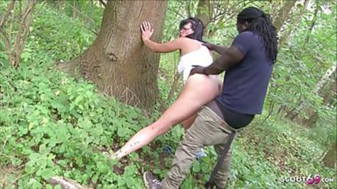 Немка вышла по грибы и нарвалась на черный хер незнакомца в лесу