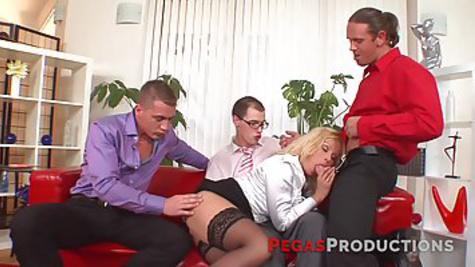 Зрелая сотрудница в офисе трахается сразу с тремя чуваками