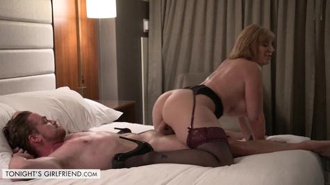 Зрелая женщина надевает самое сексуальное белье и приходит к парню