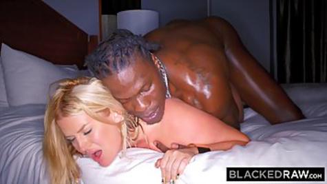 Негр приводит домой сочную блондинку с очень большой жопой