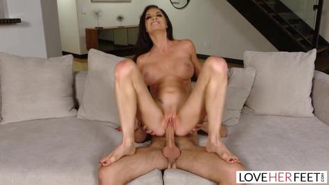 Перед сексом с красивой милфой, чел вылизывает ножки дамочки