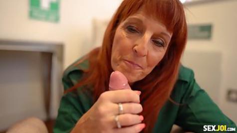 Опытная бабуля с рыжими волосами отменно отсасывает пенис парня