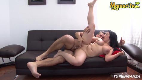 Зрелая латинка показывает сочное тело перед сексом на диване