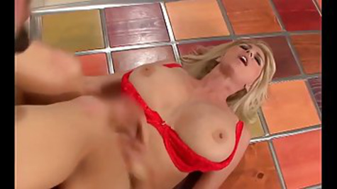 A mature blonde invites a neighbor to visit to fuck with him