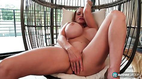 Зрелая дама снимает красные трусы и мастурбирует, расставляя ноги