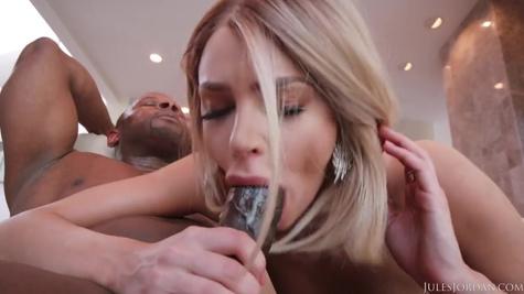Белая красотка в чулках сосет огромный пенис негра и дает в вагину