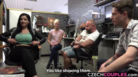 Две пары впервые занимаются свингерским сексом и получают удовольствие