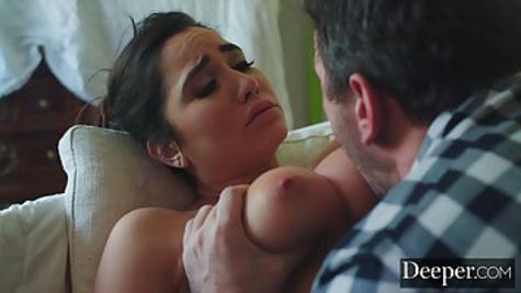 Муж нежно вылизывает киску красивой женушки и трахает её на диване