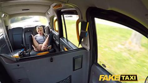 Зрелая сучка платит за такси, трахаясь с мужиком в задницу