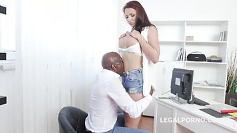 Черный начальник на работе имеет белую телку прямо в задницу