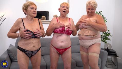 Три жирные бабки занимаются групповым сексом с одним парнем