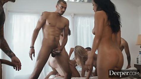 Игра в бутылочку перерастает в группой секс с красивыми телочками