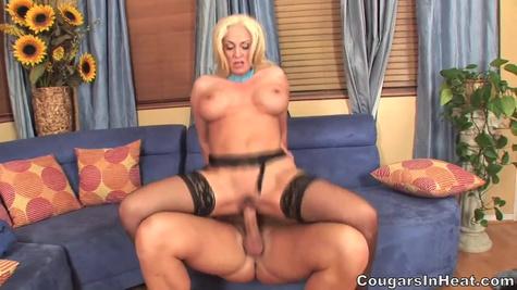 Зрелая блондинка с большими сиськами приводит в гости самца для секса