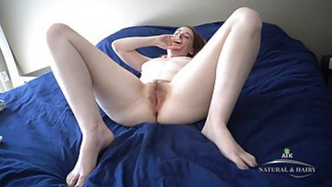 Молодая телка в домашней обстановке раздевается и мастурбирует киску