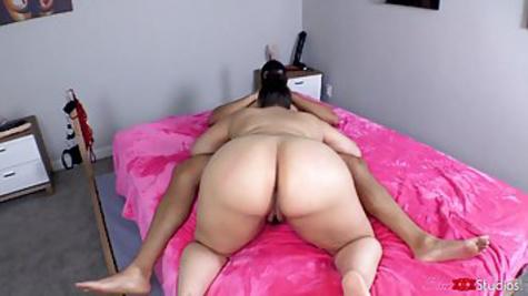Толстая латинка с большой жопой отсасывает пенис и дает в письку