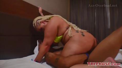 Толстая сучка с огромной жопой кувыркается на кровати с мужиком