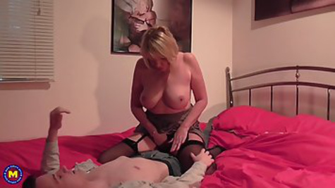 Young boy makes passionate sex with mature woman in the bed