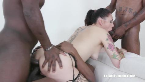 Негры пускают по кругу зрелую сучку и ссут на неё во время секса