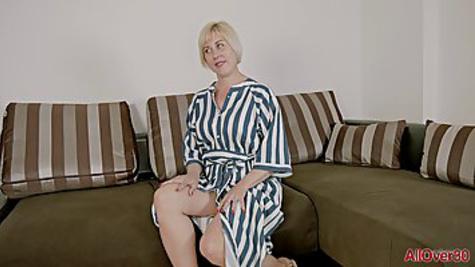 Опытная блондинка раздевается полностью и показывает большие сиськи на кастинге