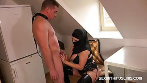 Грудастая мусульманка доминирует над мужиком, заставляя его делать куни