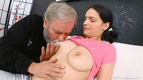 Молодая брюнетка изменяет парню с седым дедом и отсасывает его пенис