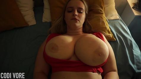 Блондинка с огромными натуральными сиськами  мастурбирует перед камерой