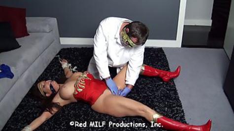 Мужик помастурбировал вагину грудастой телочке, устроив жесткий БДСМ