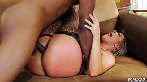Опытная блондинка в чулках трахается с черным мужиком в письку, пробуя межрасовый секс