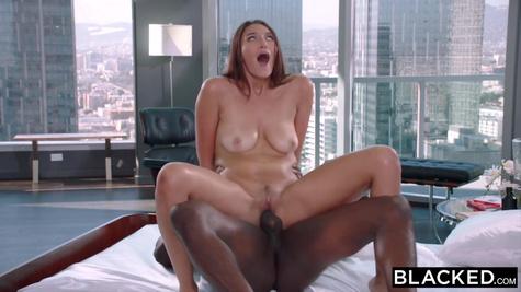 Грудастая брюнетка трахается с негром в киску и стонет от оргазма
