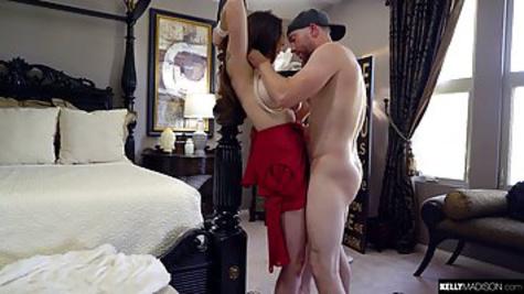 Грудастая латинка потрахалась с молодым парнем на кровати и попробовала сперму