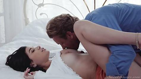 Красивая брюнетка трахается раком с мужиком и получает кунилингус