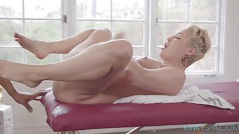Блондинка устроила страстный секс с массажистом на кушетке