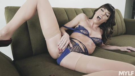 Сексуальная брюнетка в белье Вера Кинг мастурбирует киску на диване