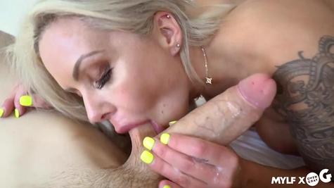 Татуированный парень трахает красивую блондинку и наслаждается минетом от нее