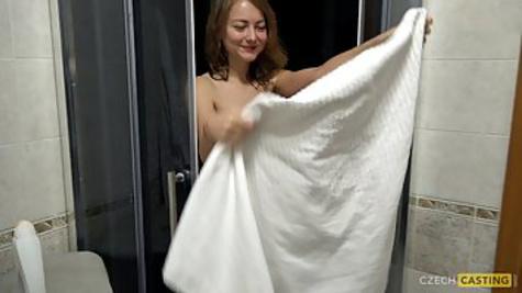 Девка из Чехии раздевается догола и показывает стройное тело на порно кастинге