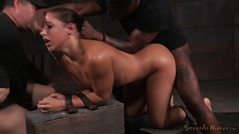 Мужики устроили секс втроем и трахнули молодую шлюшку в киску