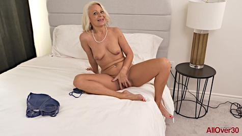 Красивая зрелая блондинка на кастинге позирует голой перед камерой